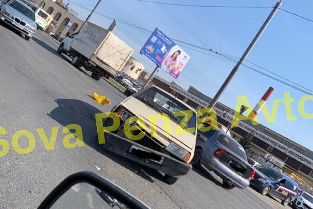 В Пензе после столкновения с иномаркой у «ВАЗа» повис бампер