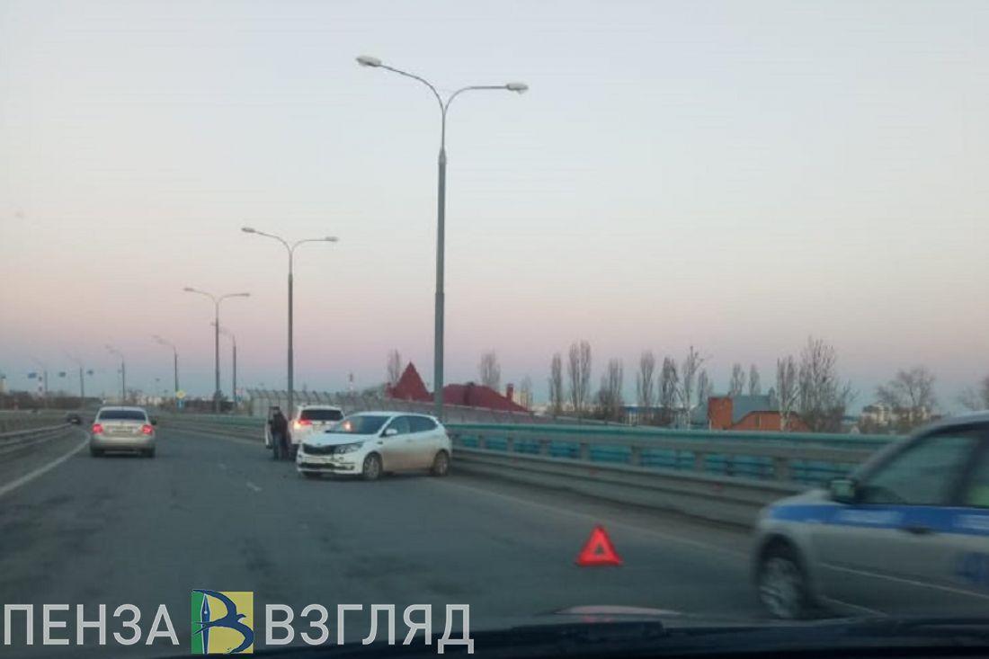 На пензенском мосту иномарку развернуло после того, как она влетела в отбойник