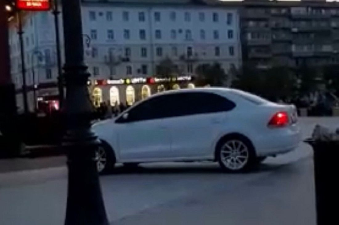 Пензенцев возмутила езда иномарки по пешеходной зоне на площади Ленина