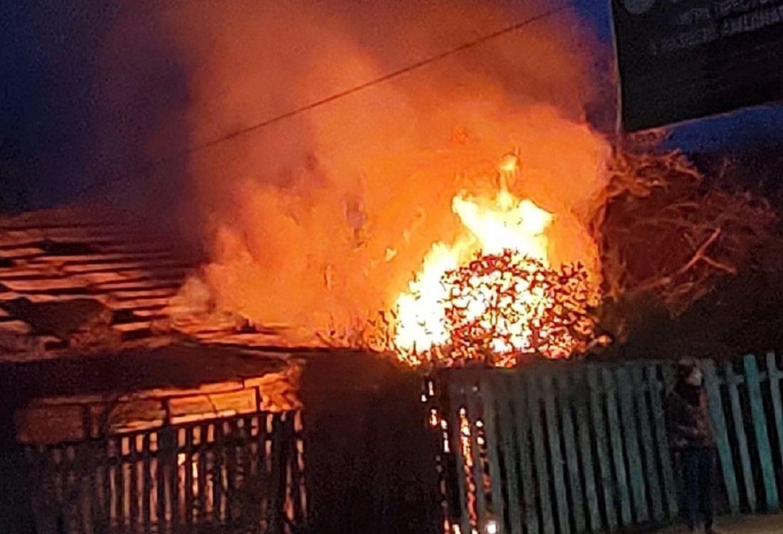 «Горит дом у Сурского моста!» Пензенцы публикуют снимки с места пожара