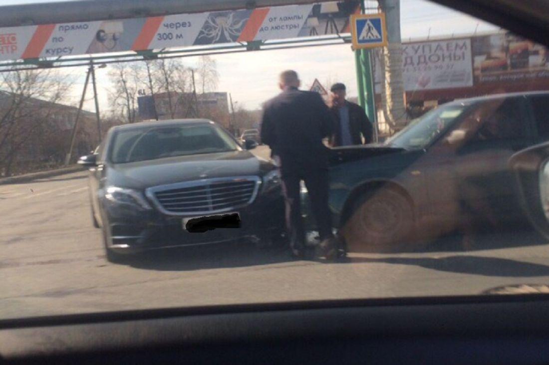 «Приору» сплющило». В Пензе отечественная легковушка протаранила люксовый «Mercedes»